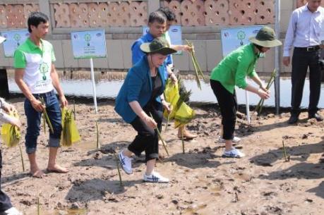 Vinamilk trồng gần 100 ngàn cây xanh và trao tặng 66.000 ly sữa tại Cà Mau