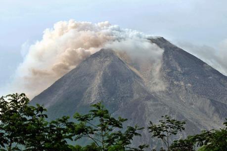 Indonesia gấp rút sơ tán người dân do núi lửa Merapi phun trào