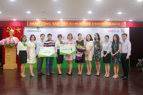 Vietcombank trao thưởng cho khách hàng tham gia chương trình Tưng bừng mua sắm bằng QR Pay