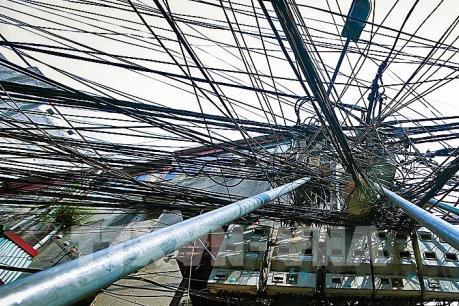 Khắc phục mạng lưới dây điện và cột điện bị nghiêng ở ngõ Hội Vũ