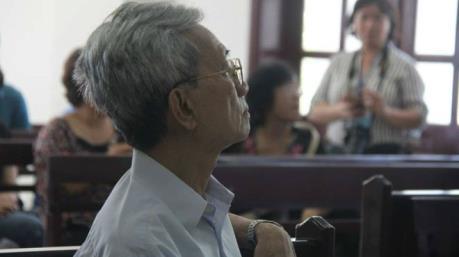 Tống đạt quyết định án 3 năm tù với ông Nguyễn Khắc Thủy về tội dâm ô trẻ em 