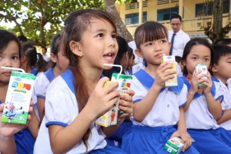 Vinamilk tặng 76.500 ly sữa cho trẻ em tỉnh Vĩnh Long