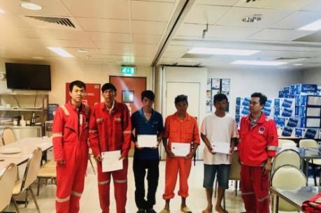 Biển Đông POC cứu 4 ngư dân gặp nạn trên biển