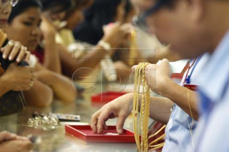 Giá vàng châu Á chạm mức thấp nhất trong một năm