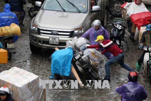 Người dân lao động ở Hà Nội chống chọi với giá rét - hình 0