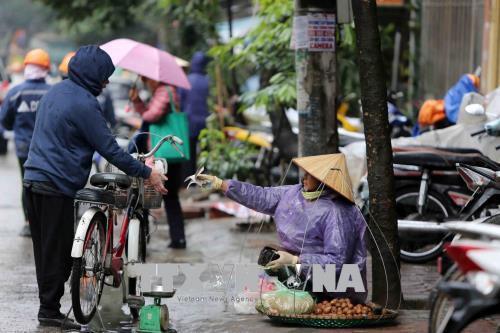 Người dân lao động ở Hà Nội chống chọi với giá rét - hình 3