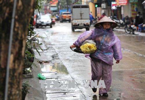Người dân lao động ở Hà Nội chống chọi với giá rét - hình 11