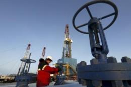 Giá dầu thế giới sụt giảm hơn 4%