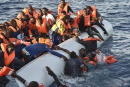 Italy có kế hoạch cấm tàu nước ngoài chở người di cư cập cảng