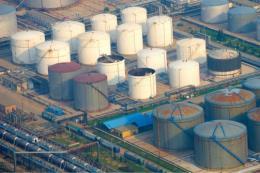 Tồn kho xăng cao kỷ lục ở Mỹ gây sức ép lên giá dầu mỏ năm nay