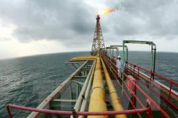 Giá dầu châu Á chịu sức ép do sản lượng dầu Mỹ tiếp tục tăng
