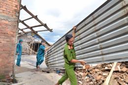 Hậu Giang hỗ trợ các hộ dân bị ảnh hưởng bởi sạt lở bờ sông Cái Côn