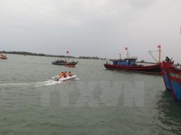 Hải quân Bà Rịa- Vũng Tàu đưa ngư dân bị nạn vào bờ cứu chữa