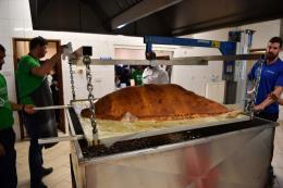 Cận cảnh quá trình làm ra chiếc bánh gối lớn nhất thế giới