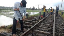 Khôi phục tuyến đường sắt Thống Nhất bị sạt lở do mưa lũ