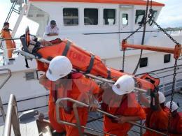 Đà Nẵng đưa thuyền viên bị đau nặng trên biển vào đất liền điều trị