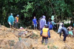Đồng chí Phạm Minh Chính thăm hỏi người dân bị ảnh hưởng sạt lở núi tại huyện Bắc Trà My