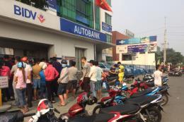 Quá tải cây ATM, nhiều người xếp hàng dài chờ rút tiền đón Tết