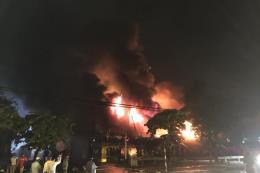 Cháy lớn tại 2 nhà xưởng ở quận Hoàng Mai, Hà Nội