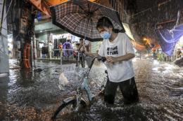 Khắc phục tình trạng ngập úng tại Hà Nội khi mưa lớn xảy ra bất thường