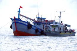 Phát hiện, bắt giữ tàu vận chuyển 55.000 lít dầu không rõ nguồn gốc