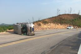 Quảng Ninh: Va chạm giữa xe khách và xe đầu kéo, 10 người thương vong