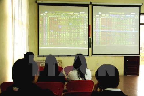 Dịch COVID-19 diễn biến phức tạp: Thị trường chứng khoán Việt Nam lao dốc ngay khi mở cửa