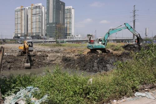 Công ty cổ phần Đầu tư và Thương mại 319/TCT319 thi công tại dự án xây dựng  đường trục chính vào khu liên hợp TDTT Rạch Chiếc. Ảnh: 319.com.vn
