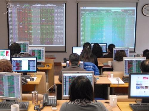 Chứng khoán ngày 17/8: Điểm sáng cổ phiếu bất động sản khu công nghiệp