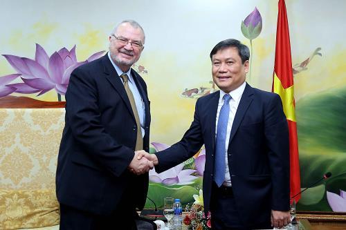 Ông Vũ Đại Thắng, Thứ trưởng Bộ Kế hoạch và Đầu tư (bên phải).