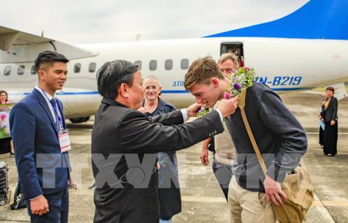 Lãnh đạo Sở Văn hóa, Thể thao và Du lịch tỉnh Điện Biên tặng hoa cho các vị khách. Ảnh: Xuân Tư – TTXVN
