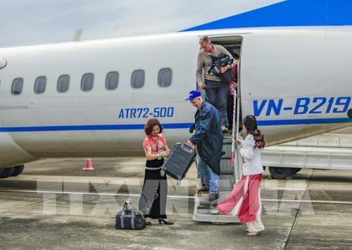 Những vị khách quốc tế đầu tiên bước xuống sân bay Điện Biên Phủ. Ảnh: Xuân Tư – TTXVN