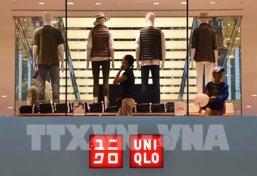"""Tập đoàn mẹ của Uniqlo """"vượt bão"""" nhanh nhờ thị trường châu Á"""