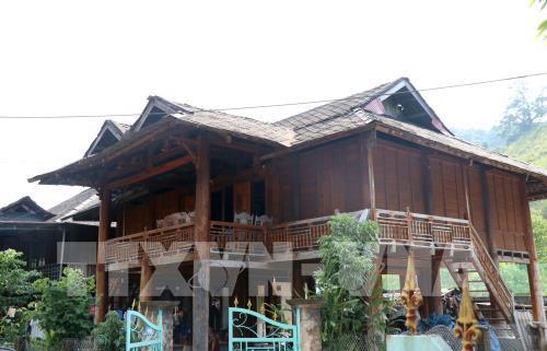 (25) - Độc đáo mái nhà sàn lợp bằng đá của người Thái trắng ở thị xã Mường Lay