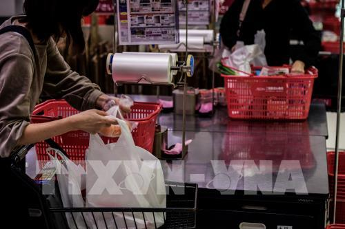 Nhật Bản: Các cửa hàng bán lẻ bắt đầu thu phí túi nilông