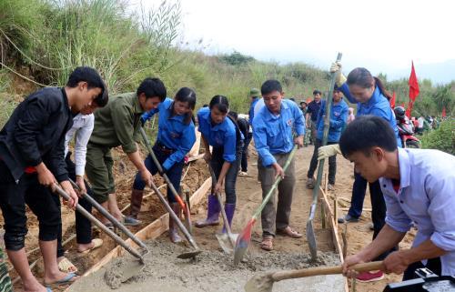 Thanh niên nông thôn, thanh niên dân tộc thiểu số tỉnh Lào Cai xây dựng nông thôn mới. Ảnh: Quốc Khánh/TTXVN
