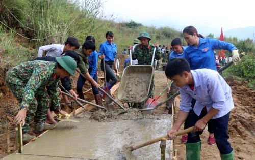 Các cấp Đoàn tại địa phương đã đổ bê tông 285km đường giao thông nông thôn, góp phần quan trọng xây dựng một xã hội nông thôn phát triển toàn diện. Ảnh: Quốc Khánh/TTXVN