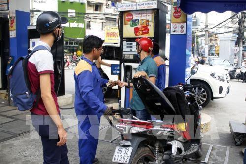 Giá xăng tăng gần 1.000 đồng/lít kể từ 15 giờ