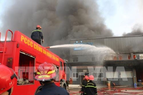 Tp. Hồ Chí Minh: Cháy lớn tại kho hàng tiêu dùng
