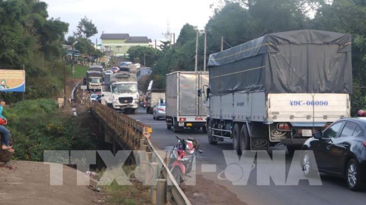 Quốc lộ 20 đoạn qua Lâm Đồng tê liệt do xe tải mất lái treo lơ lửng trên cầu