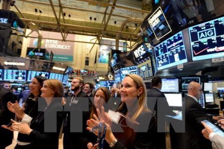 """Phố Wall với sự """"hậu thuẫn"""" tích cực của nhóm cổ phiếu năng lượng và bán lẻ"""