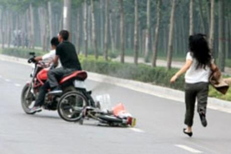 Bắt khẩn cấp hai đối tượng gây ra 16 vụ cướp giật ở Hà Nội