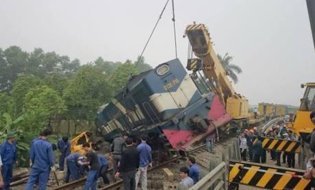 Đâm xe container, đầu tàu hỏa văng khỏi đường ray