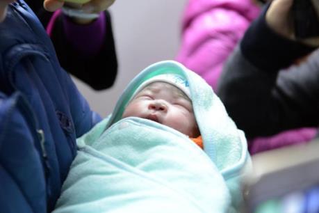 Bé gái đầu tiên ở Việt Nam chào đời nhờ mang thai hộ