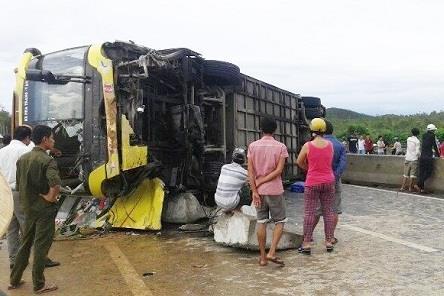 Lật xe khách trên Quốc lộ 1A, 19 người bị thương
