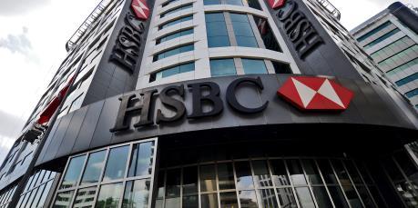 """HSBC """"đóng băng"""" tuyển dụng và không tăng lương"""