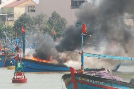 Liên tiếp các vụ cháy tàu ở Quảng Ngãi và Quảng Ninh