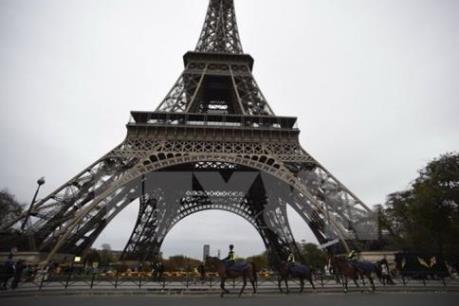Du khách vẫn đổ đến Paris sau vụ tấn công khủng bố