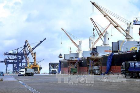 """Ba tàu container quốc tế """"xông"""" cảng Cái Lân"""
