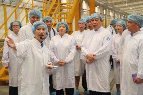 Đoàn Tham tán, Tùy viên Thương mại thăm Công ty Vinamilk